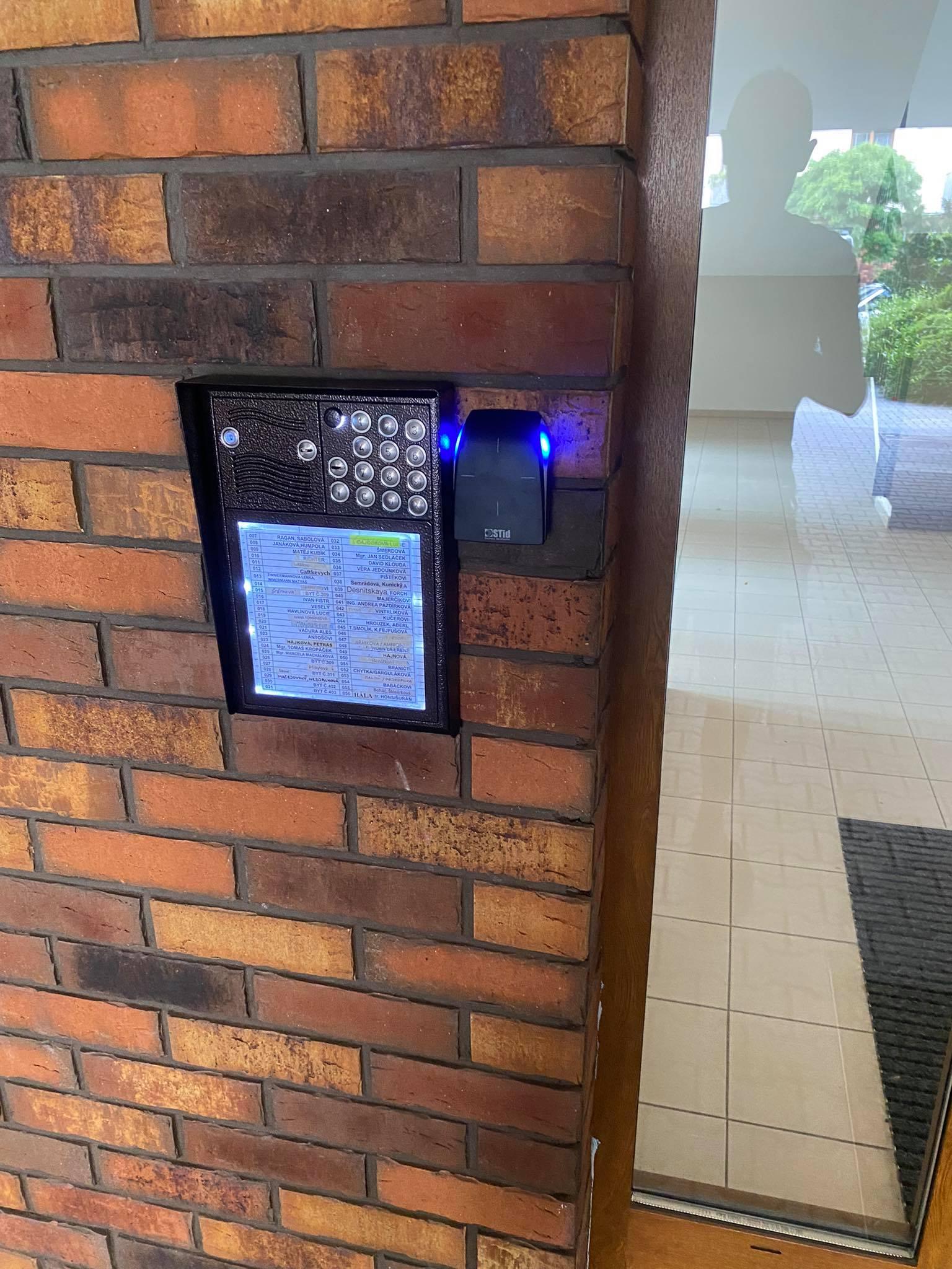 Čtečka NFC a bluetooth